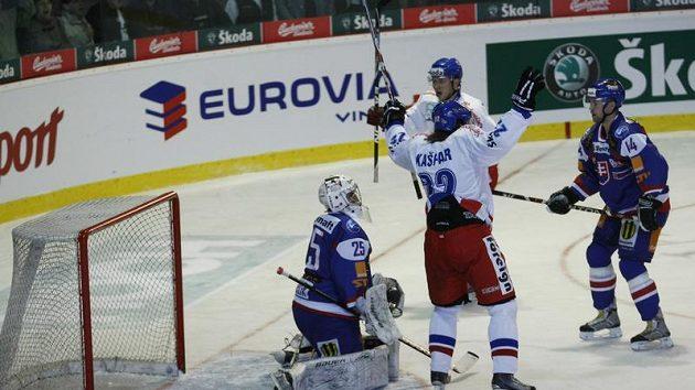 Lukáš Kašpar se raduje z branky do sítě slovenského brankáře Hamerlíka.