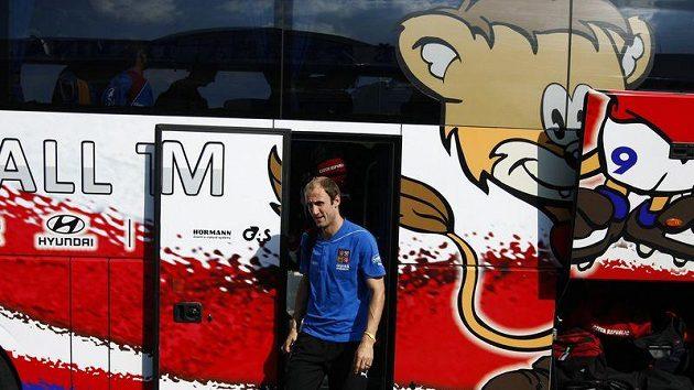 Fotbalová reprezentace před odletem do Skotska. Roman Hubník vystupuje z autobusu.