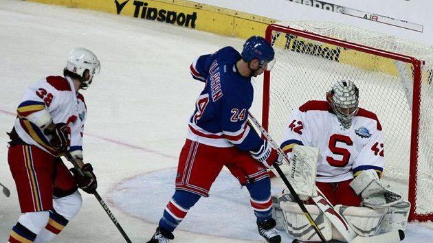 Ryan Callahan z New York Rangers se snží překonat brankáře Sparty Tomáše Pöpperleho.