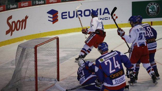 Čeští hokejisté překonávají slovenského brankáře Hamerlíka.