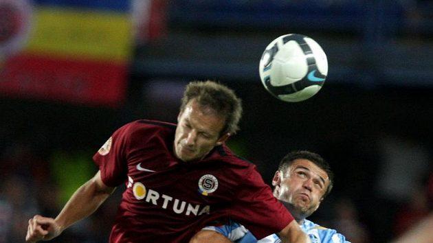 Denis Kovba ze Sparty (vlevo) v souboji o míč s mladoboleslavským Markem Kuličem.