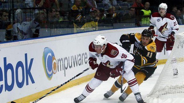 Gregory Campbell z Bostonu (vpravo) napadá beka Phoenixu Samiho Lepistö.