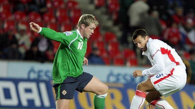 Milan Baroš (vpravo) se snaží obejít McCanna ze Severního Irska.
