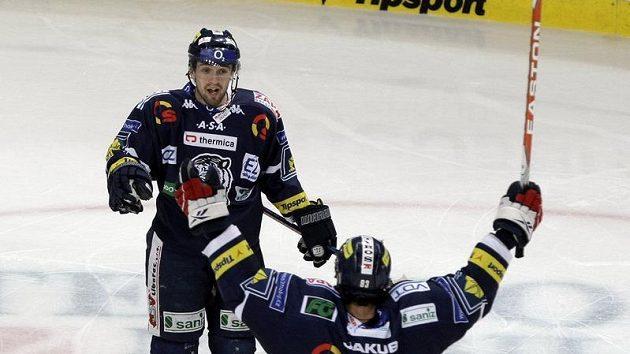 Hokejisté Liberce Petr Nedvěd (vpředu) a Lukáš Derner oslavují vstřelenou branku v pátém utkání čtvrtfinále play-off na ledě Plzně.