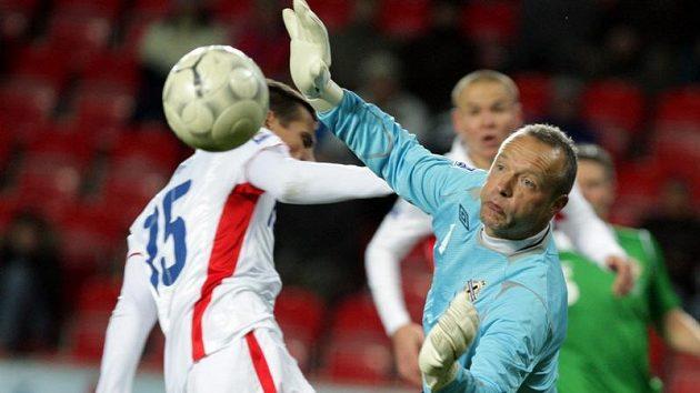 Gólman Severního Irska Taylor (vpravo) kontroluje míč před dotírajícím Milanem Barošem.