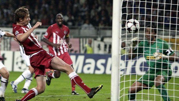 Jaroslav Plašil v dresu Bordeaux střílí gól do sítě Juventusu v utkání Ligy mistrů.