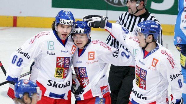 Jaromír Jágr (vlevo) se raduje s Jiřím Hudlerem z branky proti Finsku.