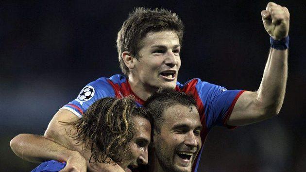 Marek Bakoš (vpravo) jásá, dal první plzeňský gól v hlavní soutěži Ligy mistrů proti Borisovu, radují se i Petr Jiráček (vlevo) a Václav Pilař.
