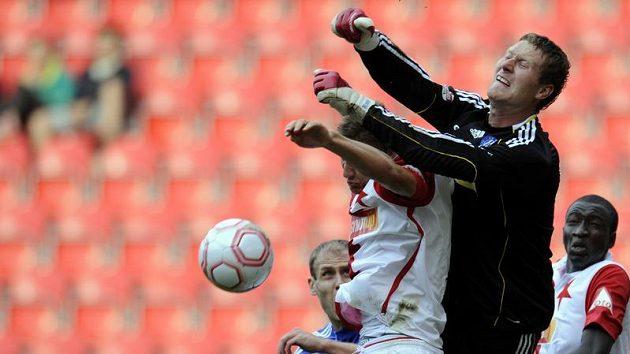 Brankář Sigmy Olomouc Martin Blaha zasahuje před slávistou Petrem Trappem.