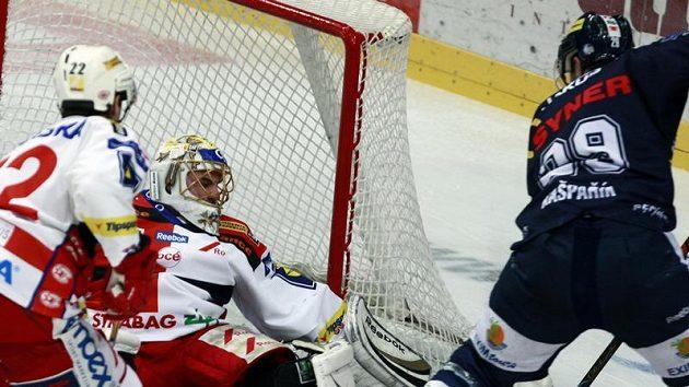 Liberecký Pavel Kašpařík se snaží překonat brankáře Slavie Roberta Slipčenka.