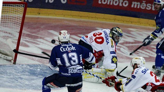 Plzeňský útočník Tyler Scofield (vlevo)se snaží překonat slávistického brankáře Zdeňka Orcta.