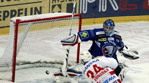 Michal Vondrka ze Slavie střílí branku plzeňskému gólmanovi Tomášovi Pöpperlemu.
