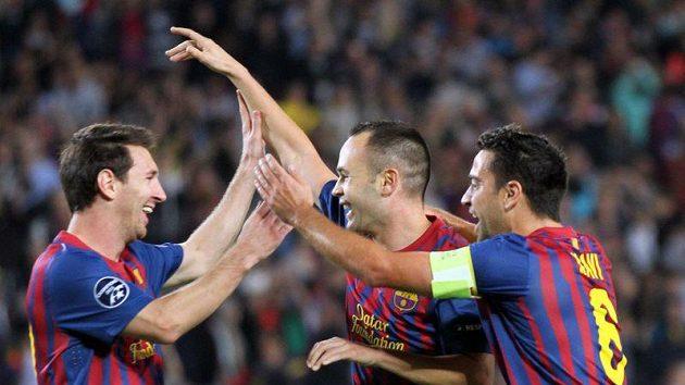 Fotbalisté Barcelony Lionel Messi (vlevo) a Xavi Hernández gratulují Andrési Iniestovi ke gólu vstřelenému Plzni.