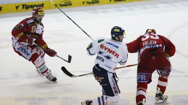 Liberecký Klimenta napadá slávistu Krejčíka v rozhodujícím čtvrtfinálovém zápase.