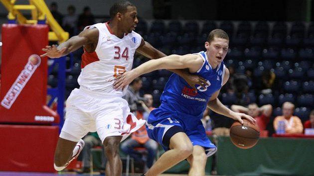 Basketbalista Nymburku Lenzly v souboji se Strelnieksem z Ventspilsu.