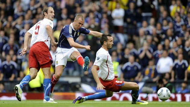 Skot Kenny Miller dává gól, snaha Romana Hubnika (vlevo) a Tomáše Sivoka (vpravo) už byla marná...