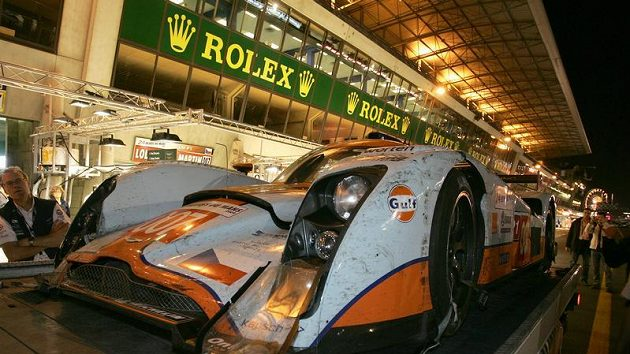 Prototyp Aston Martin posádky Charouz, Enge, Mücke po kvalifikaci na 24 hodin Le Mans