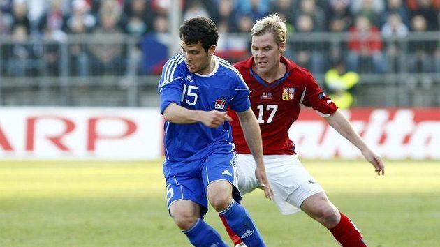 Tomáš Hübschman (vpravo) se snaží odebrat míč Nicolasi Haslerovi z Lichtenštejnska.