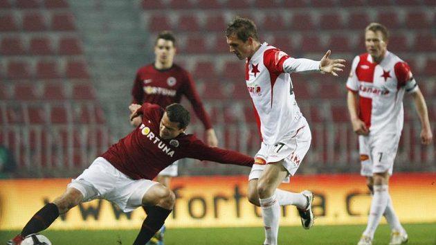 Libor Sionko ze Sparty (vlevo) se natahuje za míčem před Peterm Grajciarem ze Slavie v odvetě čtvtfinále Ondrášovka Cupu.