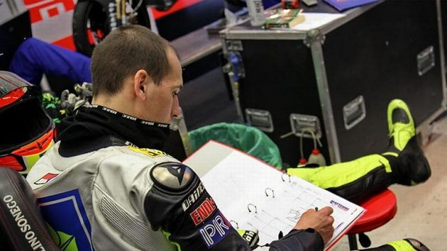 Testy nejsou jen ježdění, ale i studium aneb Lukáš Pešek v boxech týmu Matteoni Racing.