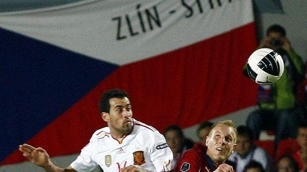 Španěl Sergio Busquets (vlevo) v souboji s Danielem Kolářem.