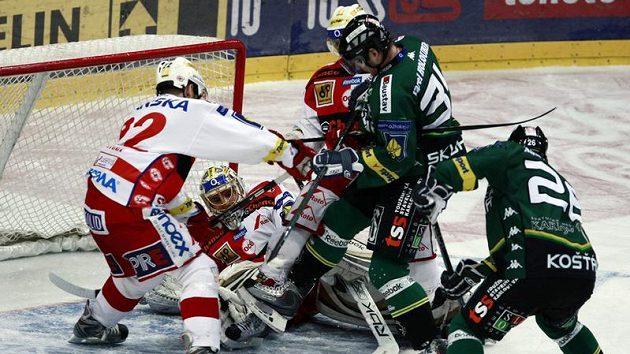 Slávista Drtina pomáhá svému brankáři Slipčenkovi před karlovarským Skuhravým.