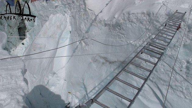 Svázané žebříky umožňující přechod širokých trhlin v ledopádu Khumbu.