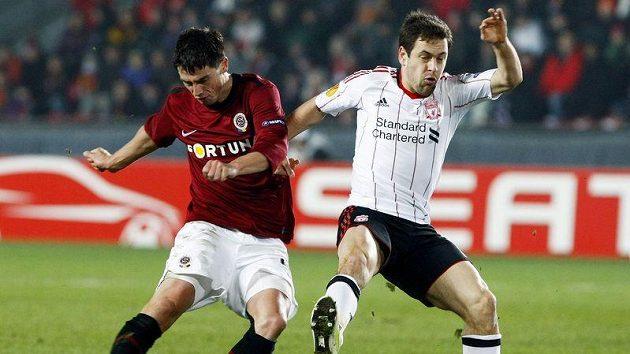 Sparťan Jakub Podaný (vlevo) bojuje o míč s Joem Colem z Liverpoolu.