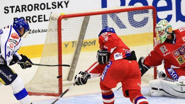 Finský hokejista Kahkonen (vlevo) v šanci před Lukášem Mensatorem na Českých hokejových hrách
