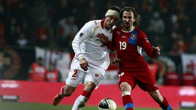 Savo Pavičevič z Černé Hory (vlevo) se snaží odblokovat od míče Petra Jiráčka.