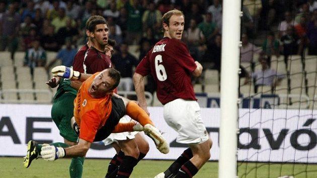 Brankář Sparty Jaromír Blažek se marně ohlíží za tečí fotbalisty Panathinaikosu Sarriegiho.