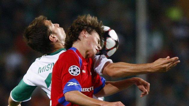 Zvjezdan Misinovič z Wolfsburgu (v bílém) v souboji o míč s Georgim Schennikovem z CSKA Moskva