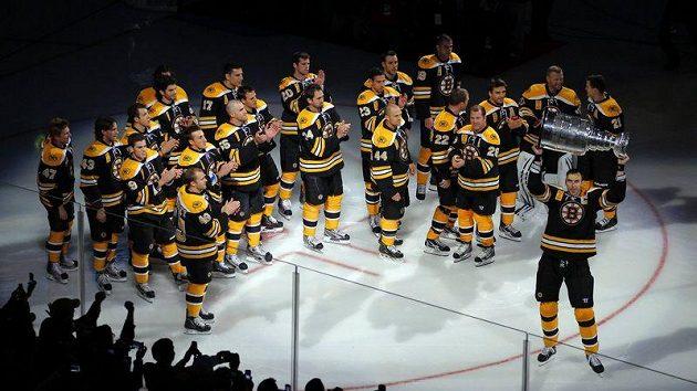 Hráči Bostonu se před zahajovacím zápasem s Philadelphií fanouškům ukázali se Stanley Cupem.