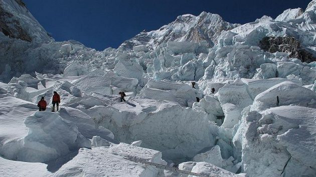 Průstup nebezpečnými trhlinami ledopádu Khumbu, který stojí v cestě na Mt. Everest a Lhoce.