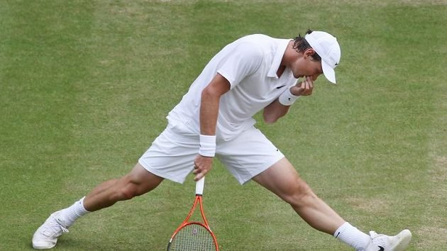 Tomáš Berdych během zápasu s Federerem ve Wimbledonu