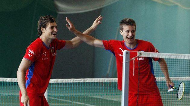 Přípravu jedenadvacítky zpestřil také badminton - zleva Michael Rabušic a Lukáš Mareček.