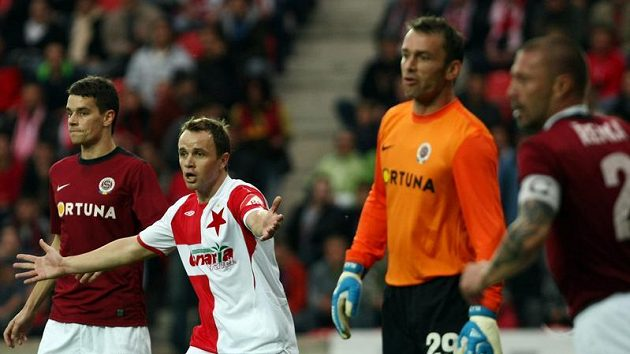 Fotbalisté Sparty Ondřej Kušníř (vlevo), Jaromír Blažek (druhý zprava) a Tomáš Řepka (vpravo) hlídají slávistu Zdeňka Šenkeříka v pražském derby.