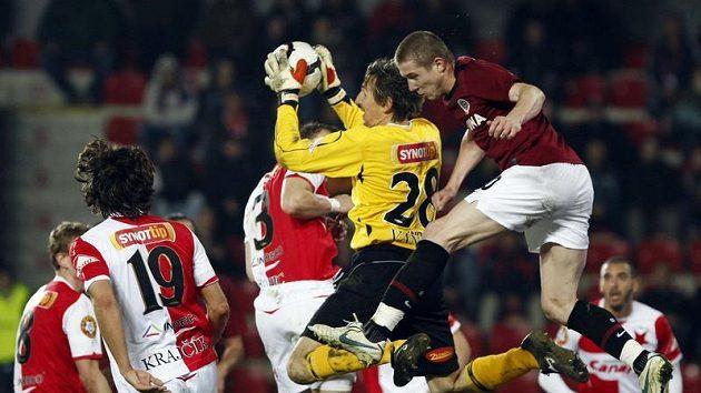 Brankář Slavie Martin Vaniak (ve žlutém) zasahuje v odvetě čtvtfinále Ondrášovka Cupu proti Spartě.