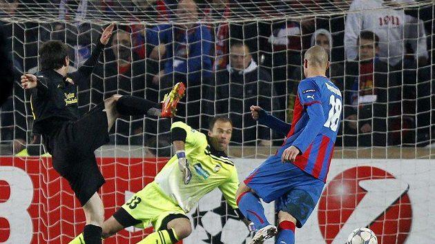 Lionel Messi z Barcelony (vlevo) překonává plzeňského brankáře Romana Pavlíka.