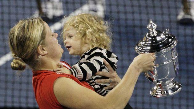 Belgická tenistka Kim Clistersová se svou dcerou Jadou a trofejí pro vítězku US Open.