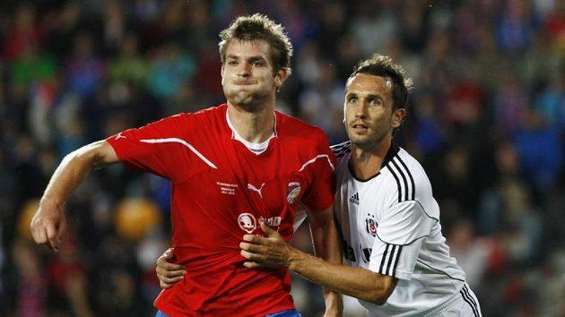Jakub Navrátil z Plzně (vlevo) bojuje o míč s Tomášem Sivokem v dresu Besiktase Istanbul v utkání předkola Evropské ligy.