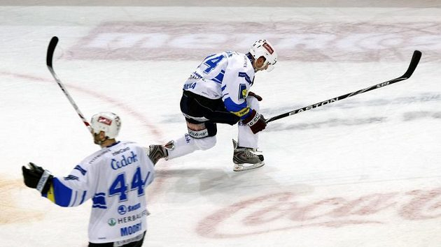 Petr Vampola (vpravo) oslavuje gól Plzně v pátém utkání čtvrtfinále play-off proti Liberci.