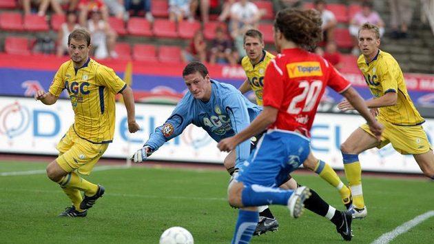 Petr Jiráček z Plzně (č. 20) střílí kolem bezmocného brankáře Teplic Tomáše Grigara gól do jeho sítě.