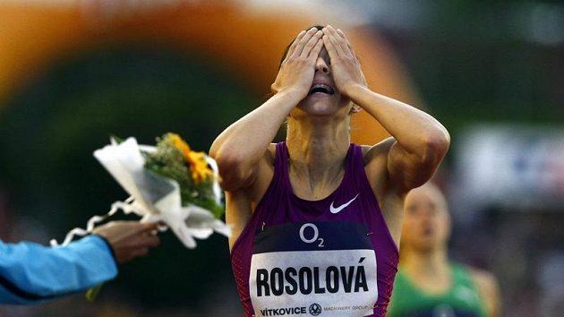 Denisa Rosolová se raduje z víězství v běhu na 400 metrů na Zlaté tretře.