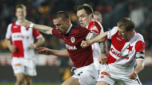 Obránce Sparty Tomáš Řepka (vlevo) se snaží odstavit od míče slávisty Stanislava Vlčka (vpravo) a Zdeňka Šenkeříka v odvetě čtvtfinále Ondrášovka Cupu.