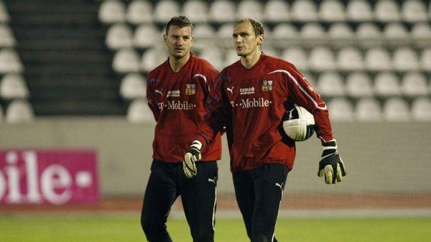 Brankáři Jan Laštůvka a Jaroslav Drobný po tréninku národního týmu.