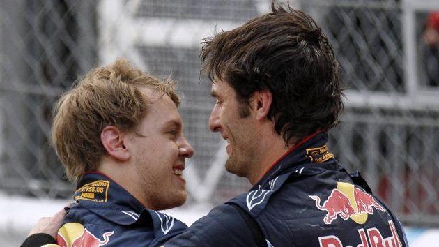 Jako první Markovi Webberovi (vpravo) gratuloval druhý v cíli a jeho stájový kolega Sebastien Vettel.