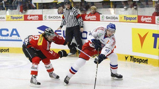 Lukáš Klimek (vpravo) přihrává před bránícím Švýcarem Ambühlem.