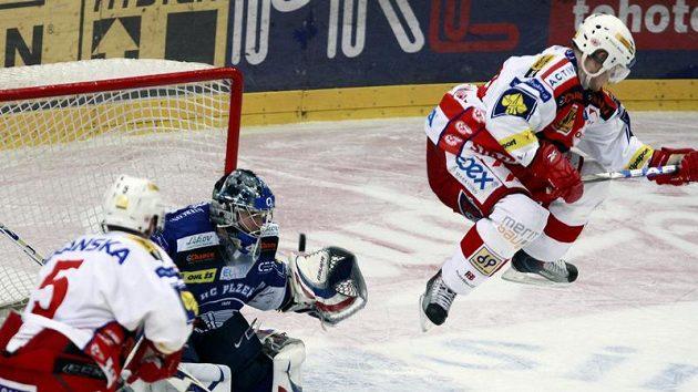 Marek Tomica ze Slavie (vpravo) nadskakuje při střele jednoho ze svých spoluhráčů před brankářem Plzně Tomášem Pöpperlem.