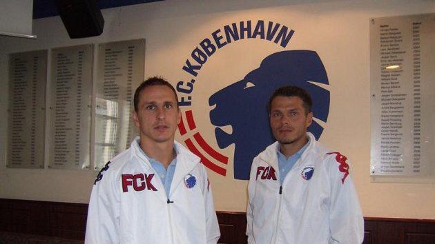 Čeští legionáři v dánských službách Zdeněk Pospěch (vlevo) a Libor Sionko před klubovým znakem FC Kodaň.